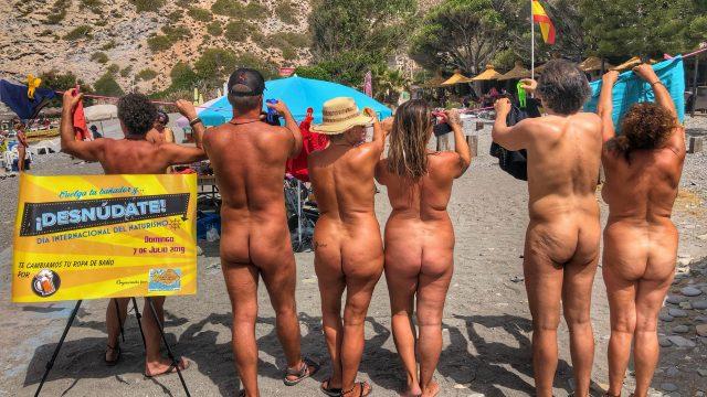 """Medio centenar de """"textiles"""" se quitan el bañador en Cantarriján por el Día del Naturismo"""