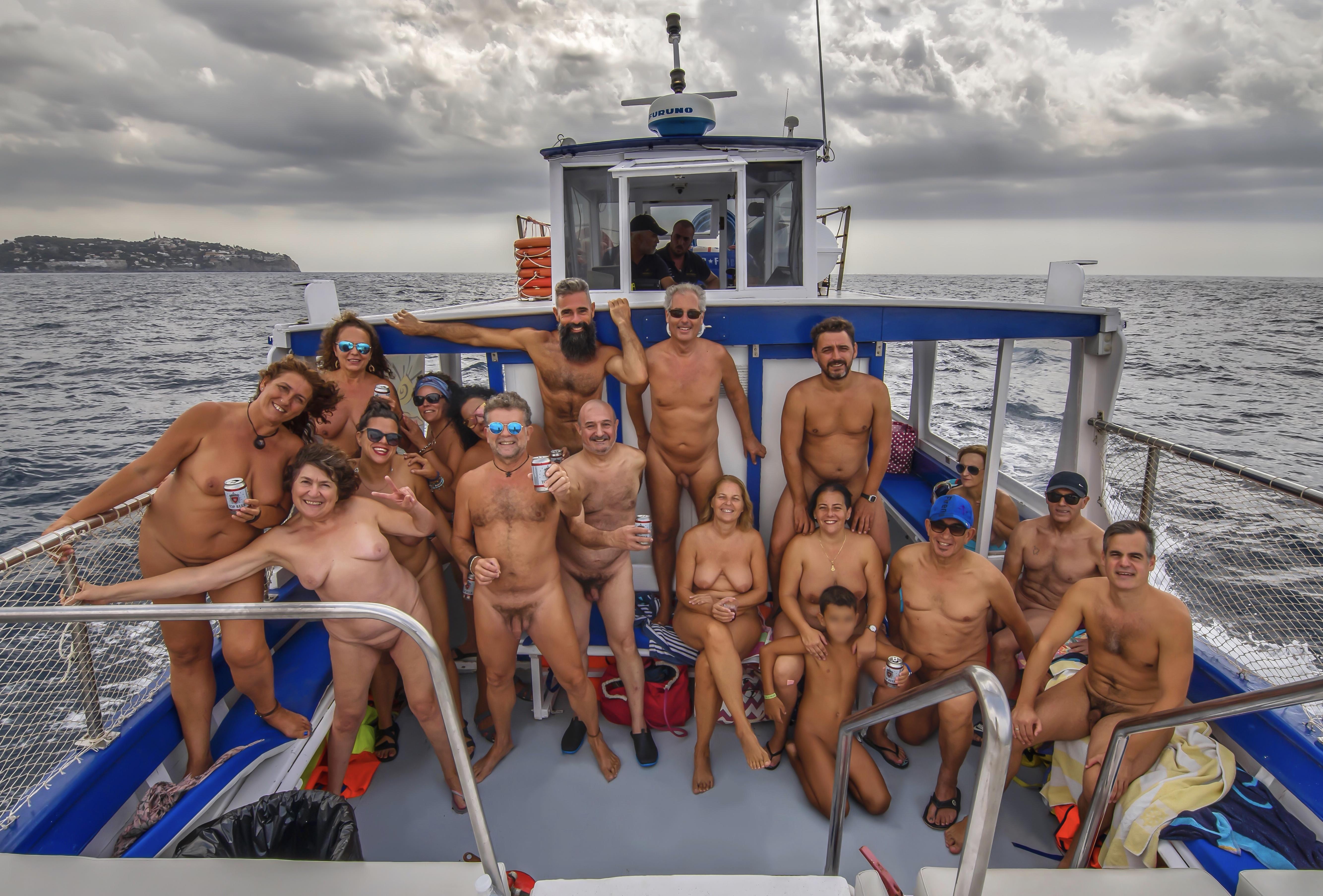Paseo nudista en barco