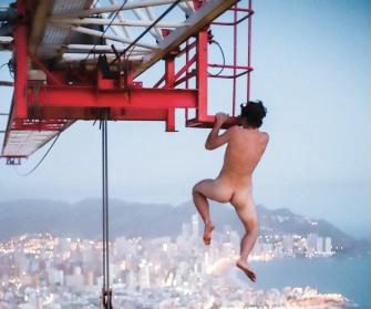 Un conocido escalador nudista se balancea de una grúa a 200 metros sobre Benidorm.